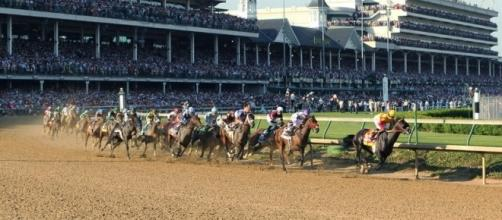 Horse racing fans will enjoy a number of races run from the Kentucky Oaks 2017 schedule. [Image via Blasting News image library/churchilldowns.com]