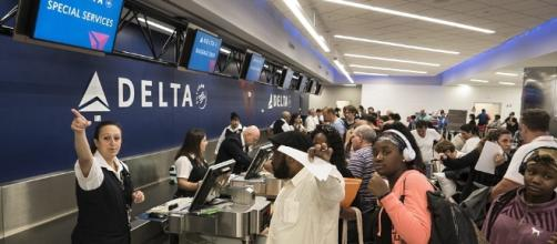 Passengers wait to be ticketed at a Delta Air Lines counter in Fort Lauderdale, Fla (Photo: Dailymail.co.uk)