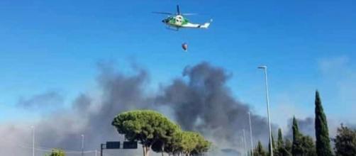 Roma, incendio azienda EcoX vicino a provinciale Pontina: al rogo materiale plastico e fumo sulla carreggiata; trafico bloccato.
