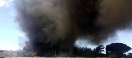 Incendio in un deposito a Pomezia