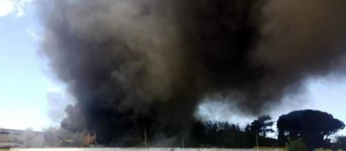 Incendio deposito a Pomezia (via corriere.it)