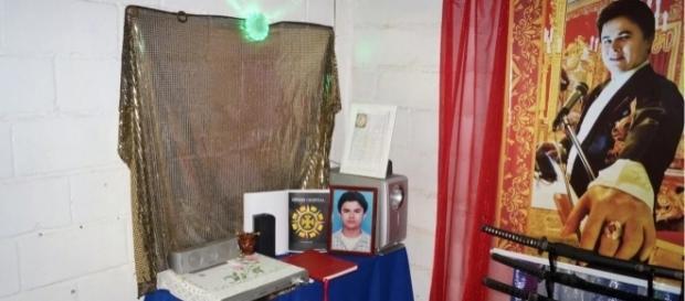 Altar de seita religiosa criminosa no Rio. Foto do líder da seita (Reprodução / G1)