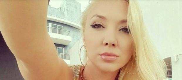 Molly Cavalli gravava comercial dentro da água e foi atacada por animal