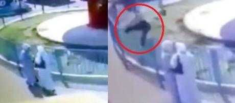 Menina cai de brinquedo na China em cima de duas mulheres