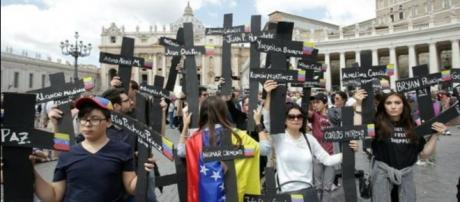 Venezolanos se manisfiestan frente a la Santa Sede