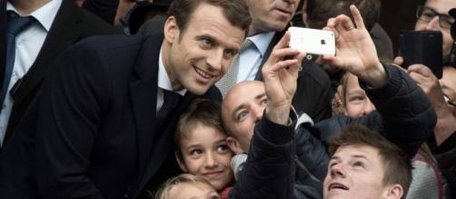 Emmanuel Macron, fotografiándose a la salida de depositar su voto