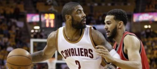 Kyrie Irving and the Cavs will try to sweep the Raptors on Sunday afternoon. [Image via Blasting News image library/inquisitr.com]