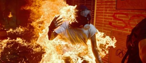 Um manifestante pega fogo durante confrontos com a polícia em um protesto contra o presidente da Venezuela, Nicolas Maduro