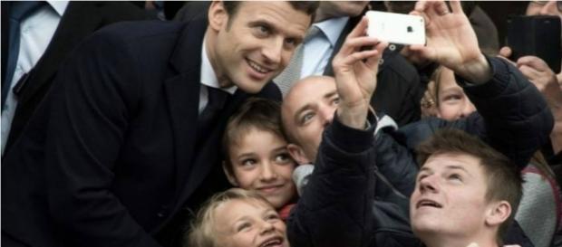 Emmanuel Macron a la salida de su centro de votación.