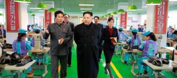 Kim Jong-un, presidente da Coreia do Norte, em visita a uma fábrica local