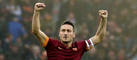 Totti ensalza los brazos hacia su afición