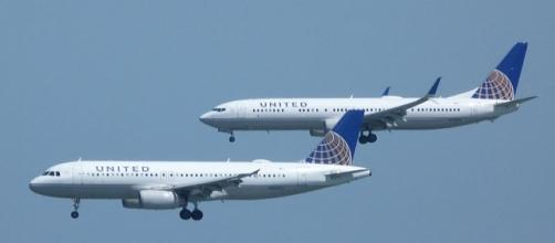 United Airlines aircraft in landing mode - source: https://commons.wikimedia.org/wiki/