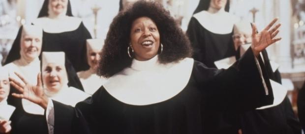 Whoopi Goldberg no papel da cômica Deloris