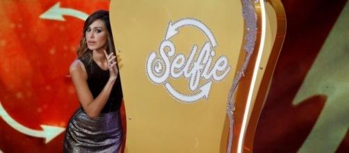 Belen durante la prima puntata di Selfie - le cose cambiano