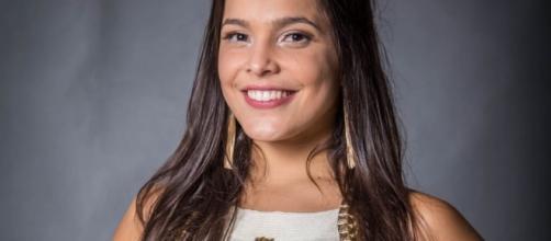 Emilly Araújo paga mico depois de proposta em loja