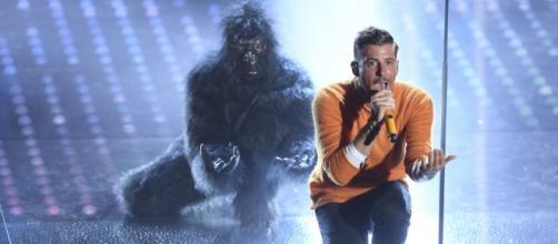 Francesco Gabbani sul palco di Sanremo. Il cantante carrarese ora prova a vincere anche l'Eurovision Song Contest - gioia.it