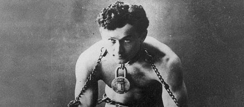 Houdini encadenado en uno de sus trucos de escapismo (ARCHIVO ABC)
