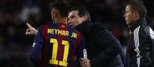 Juan Carlos Unzué, dando instrucciones a Neymar durante un partido
