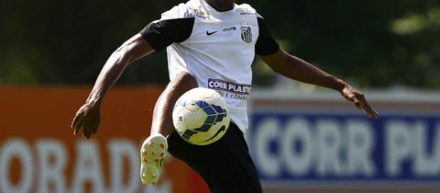 Cicinho jogava no Santos quando foi contratado por time na Bulgária - Divulgação Santos FC