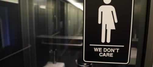 A sign for gender neutral bathroom use. / Photo by dallasnews.com via Blasting News library