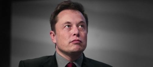Elon Musk amenza con renunciar
