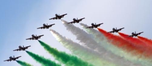 Foto delle Frecce Tricolori che solcano il cielo, lasciandosi alle spalle il vaporoso tricolore.