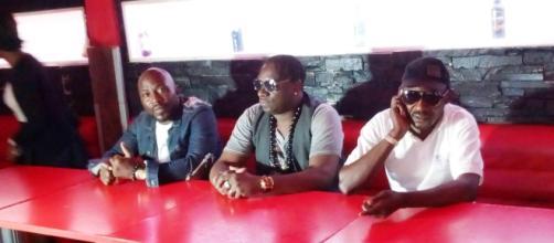 L'artiste camerounais Samy Diko en présence de Serge Tamba promoteur culturel
