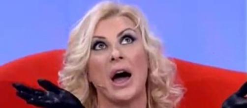 Tina infuriata esce dallo studio di Selfie