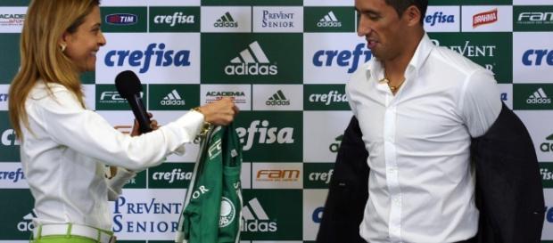 Leila Pereira entrega camisa para Lucas Barrios