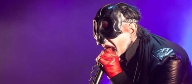 Marilyn Manson in un concerto live con Rob Zombie nel tour Twins of Evil.