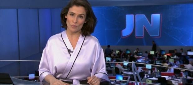 Renata Vasconcelos aparece de ''roupão'' em chamada do JN. Foto: Reprodução/TV Globo.