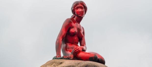 Sirenita de Copenhague pintada de rojo. Elperiódico.com