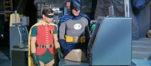 Burt Ward, o Robin, ao lado de Adam West, no set da batcaverna