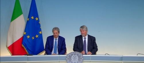 Il premier Gentiloni e il ministro Poletti in un momento della conferenza stampa di ieri