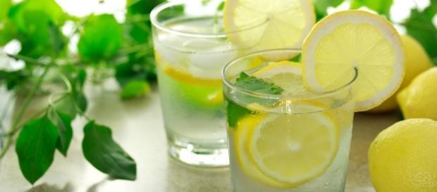 Zacznij dzień od szklanki wody z cytryną (fot. myfitness.pl).