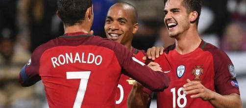 André Silva con la maglia della nazioanle portoghese insieme con Cristiano Ronaldo