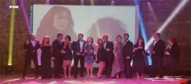 La sigla iniziale Kiraz Mevsimi cantata dagli attori della soap opera