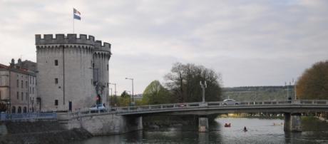 Un bon enjambe la Meuse, à Verdun. A gauche, la Porte Chaussée.