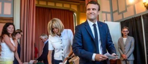 El Presidente francés Emmanuel Macron votando.
