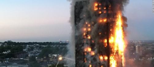 Incendio in un grattacielo a Londra provoca morti e feriti, bimbi lanciati dai balconi