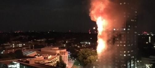 Londra, incendio nella Grenfell Tower: rischio crollo