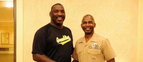Maj. Gen. Ronald L. Bailey (right) meets Doug Williams - Lance Cpl. Alfredo Ferrer via Wikimedia Commons