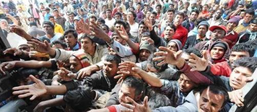 La marea umana dei rifugiati in fuga da guerre e carestie.