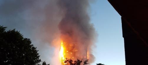 Le fiamme che hanno distrutto la Torre Grenfell a Londra (foto da Twitter)