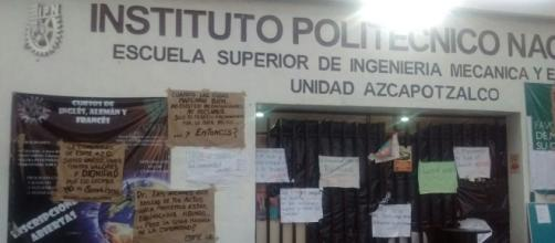 Pancartas en la puerta de la ESIME Azcapotzalco, la cual permanece en paro.