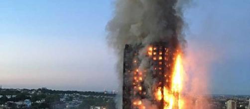 Prédio residencial em chamas na cidade de Londres (Imagem: Natalie Oxford / AFP Photo)