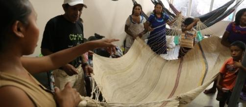 Venezuelanos confeccionam artesanato para sobreviver (Foto: Reprodução)