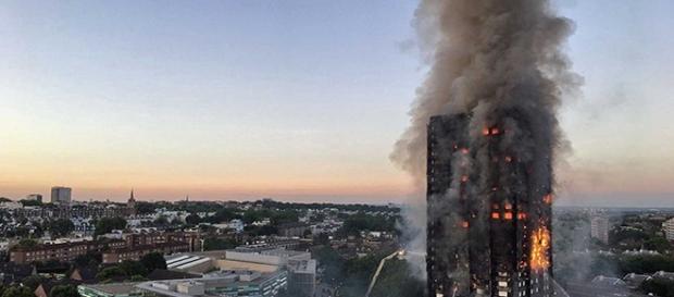 Incêndio atinge prédio em Londres (Foto: Reprodução)
