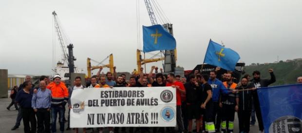 Los estibadores del puerto de Avilés han secundado la huelga al cien por cien