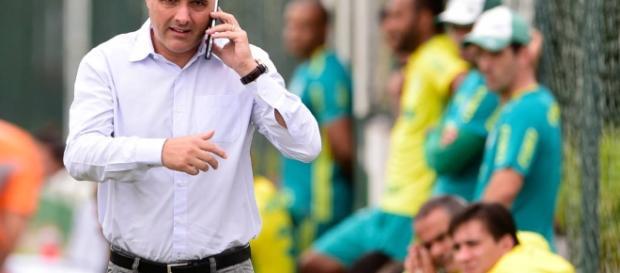 Maurício Galiotte, presidente do Palmeiras, conversa no telefone na Academia